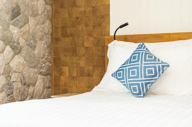 Удобная синяя подушка на белой кровати в спальне Бесплатные Фотографии