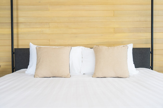 Белая удобная подушка на кровать, украшение интерьера спальной комнаты Бесплатные Фотографии