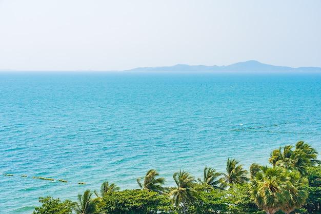 Красивая тропическая природа пляжа море океан залив вокруг кокосовой пальмы Бесплатные Фотографии