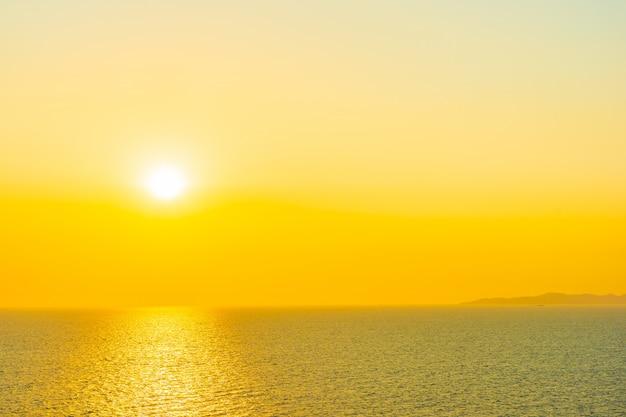 Красивый закат или восход солнца вокруг моря океанский залив с облаком на небе Бесплатные Фотографии