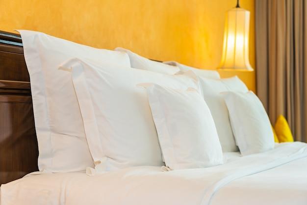 寝室のベッド装飾インテリアに白い枕 無料写真