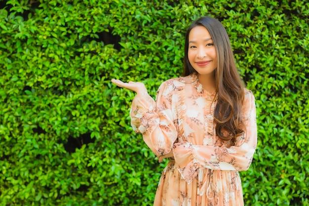 Улыбка красивых молодых азиатских женщин портрета счастливая вокруг напольного Бесплатные Фотографии