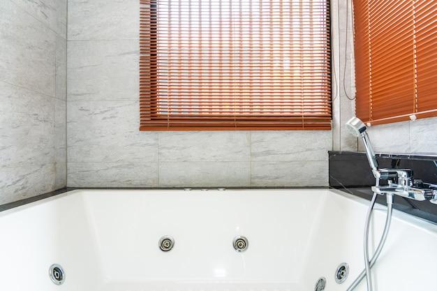 Белая ванна и украшение интерьера ванной комнаты Бесплатные Фотографии