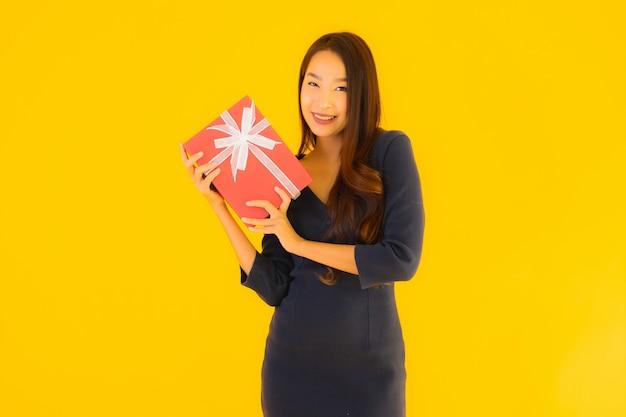 ギフトボックスと美しい若いアジア女性の肖像画 無料写真