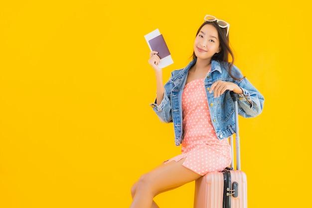 Женщина портрета красивая молодая азиатская с сумкой перемещения багажа с билетом паспорта и посадочного талона Бесплатные Фотографии