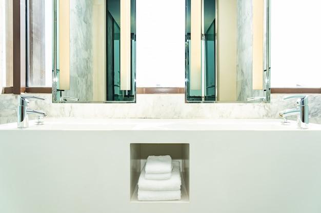 Смеситель для воды и раковины для украшения интерьера ванной комнаты Бесплатные Фотографии