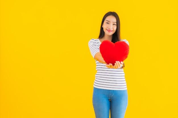 Подушка сердца выставки женщины портрета красивая молодая азиатская Бесплатные Фотографии