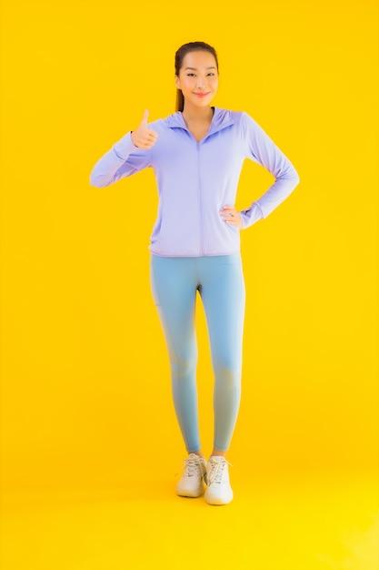 肖像画黄色の運動の準備ができて美しい若いアジアスポーツ女性 無料写真