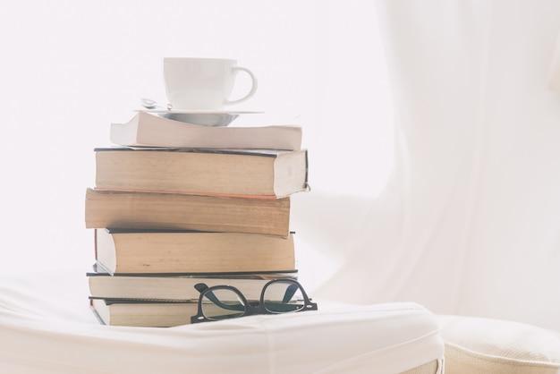 本と眼鏡を持つコーヒーカップ 無料写真