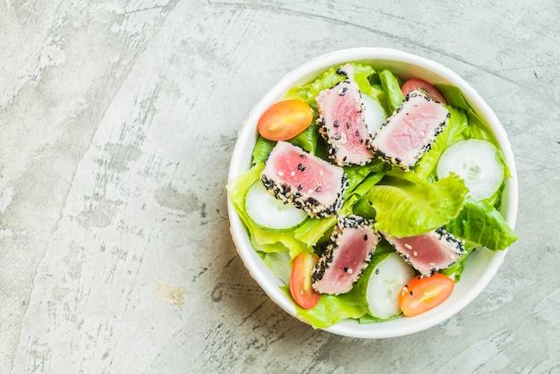 Жареный салат из тунца в белом шаре - здоровая еда Бесплатные Фотографии