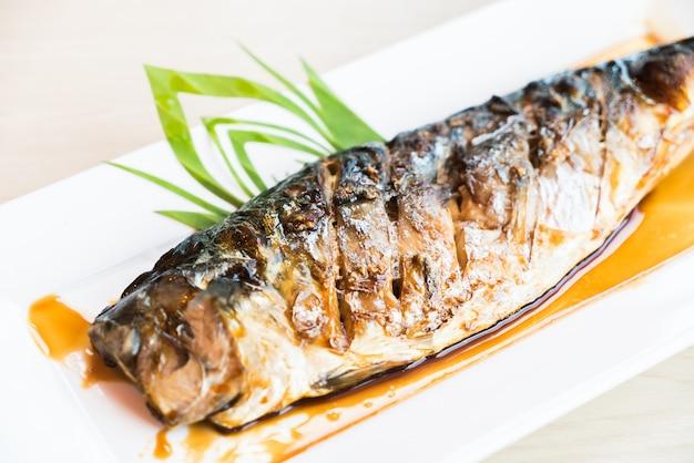 ブラックサワーソースの焼きサバ魚 無料写真