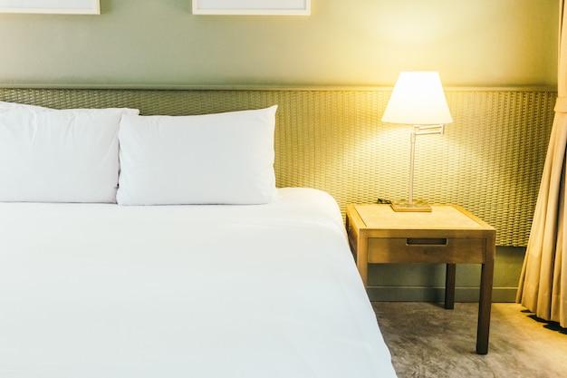 ベッドの上に枕 無料写真