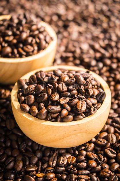 木製のボウルに茶色のコーヒー豆 無料写真