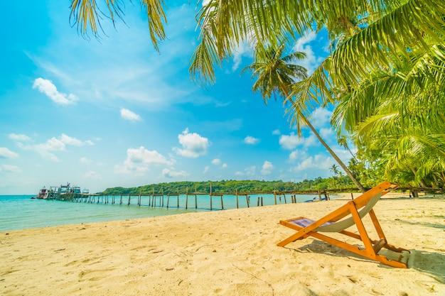 美しい熱帯のビーチとパラダイス島のヤシの木と海 無料写真