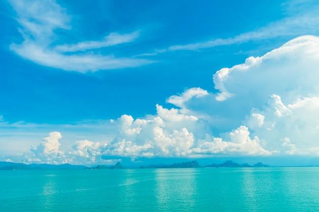 Красивое белое облако на голубом небе и море или океане Бесплатные Фотографии