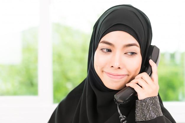 アラブのビジネス女性が働いて 無料写真