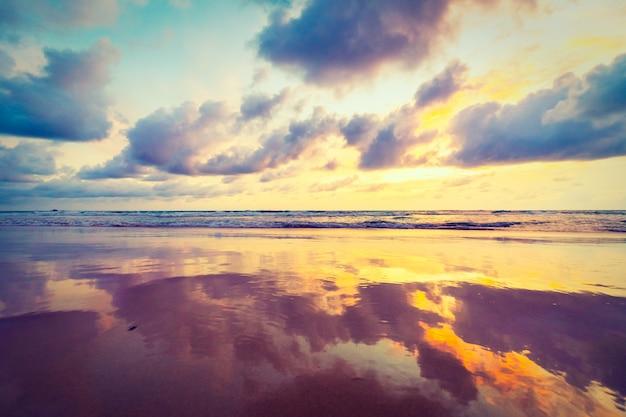 ビーチに沈む夕日 無料写真
