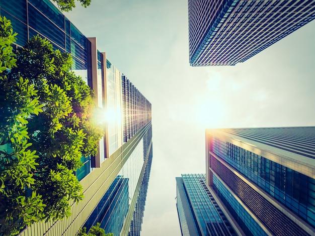 Красивый небоскреб с архитектурой и зданием вокруг города Бесплатные Фотографии