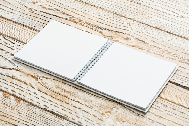 空白の本は木製の背景にモックアップ 無料写真