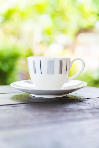 木製のテーブルの上のコーヒーカップ 無料写真