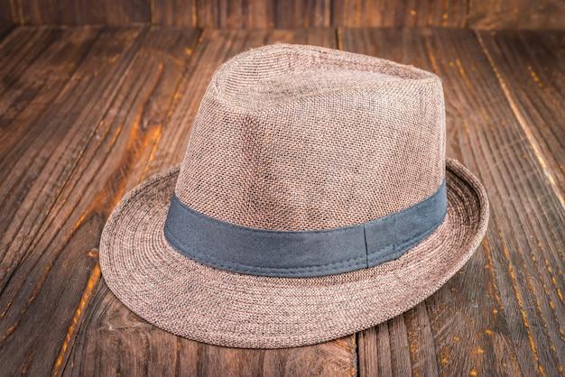 木製の背景にビーチ帽子 無料写真