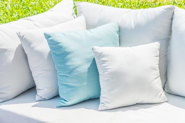 ソファーベッドの枕 無料写真