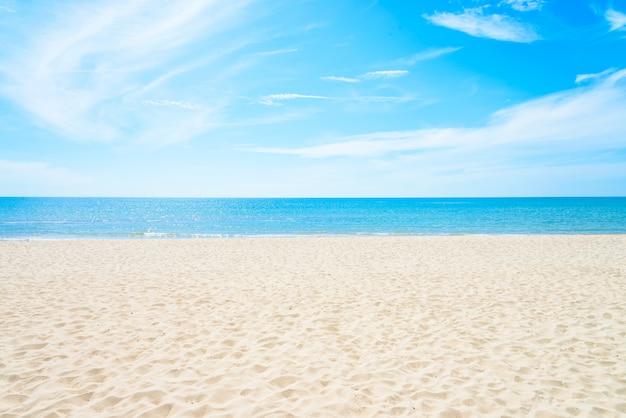 空の海とビーチの背景 無料写真