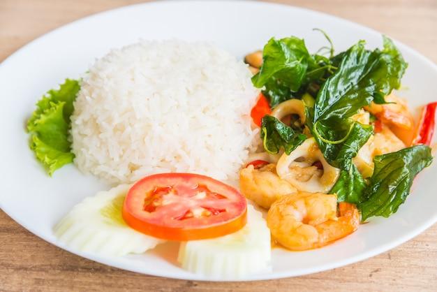 Пряный жареный лист базилика с морепродуктами и рисом Бесплатные Фотографии