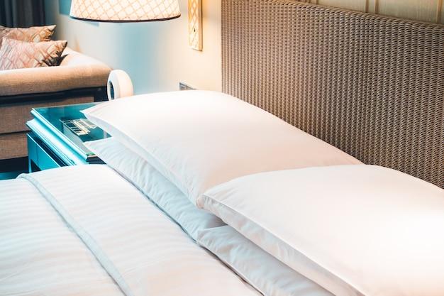 ベッドの上の白い枕 無料写真