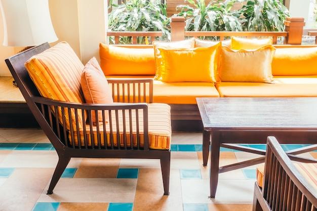 空の木製ソファと椅子 無料写真