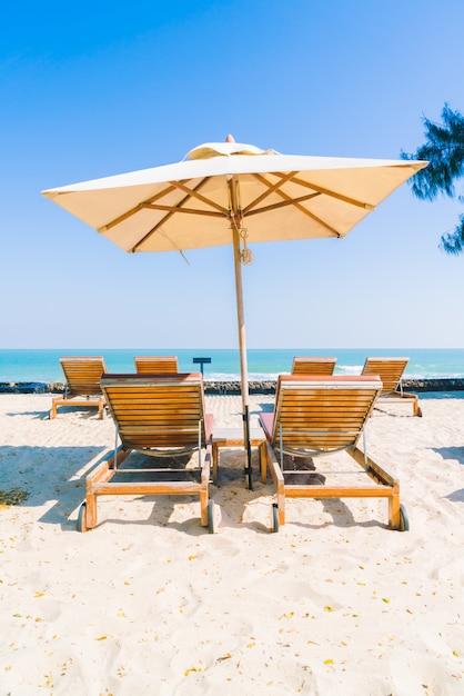 Зонт бассейн и кресло на пляже Бесплатные Фотографии