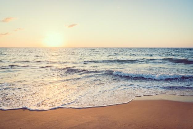 海とビーチに沈む夕日 無料写真