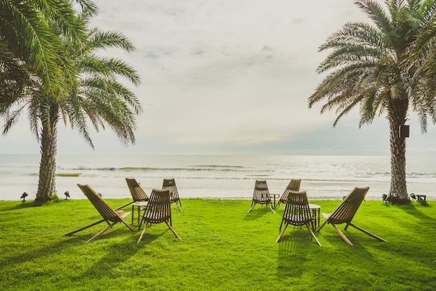 緑の芝生の上の木の椅子 無料写真