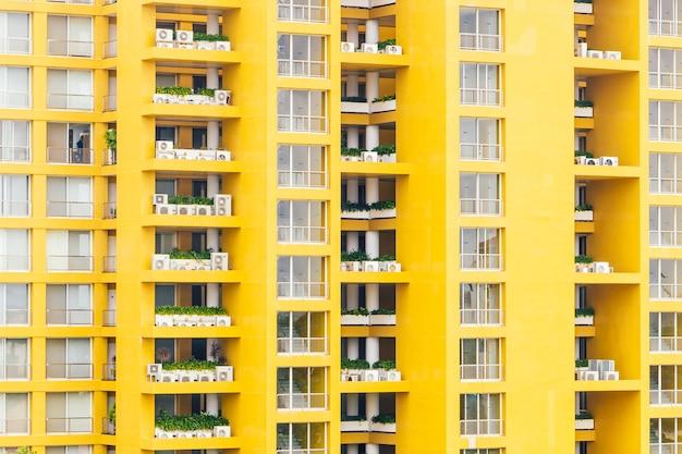 マンションの黄色い窓パターン 無料写真