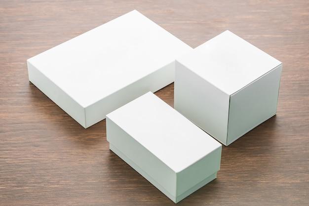 空白のボックスが木製の背景にモックアップ 無料写真