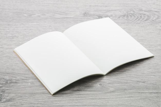 白紙のメモ帳モックアップ 無料写真