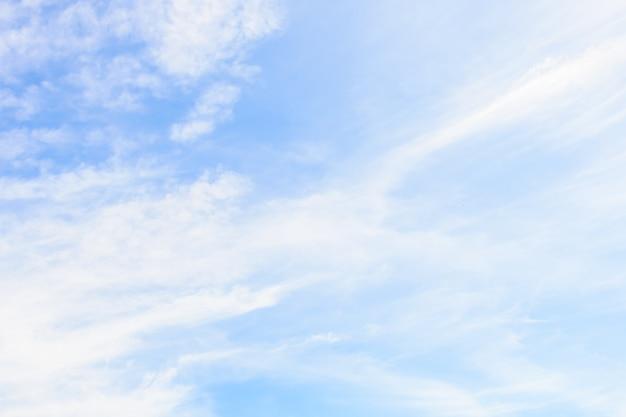 青い空を背景に白い雲 無料写真