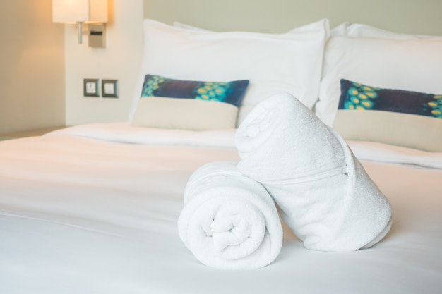 ベッドの上の白いタオル 無料写真
