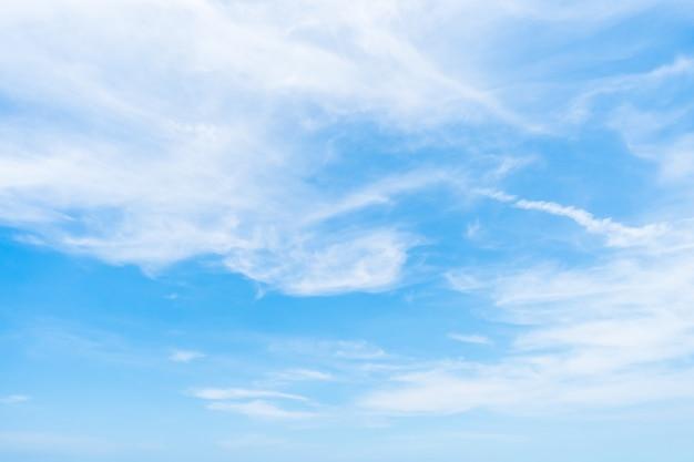 空を背景に白い雲 無料写真