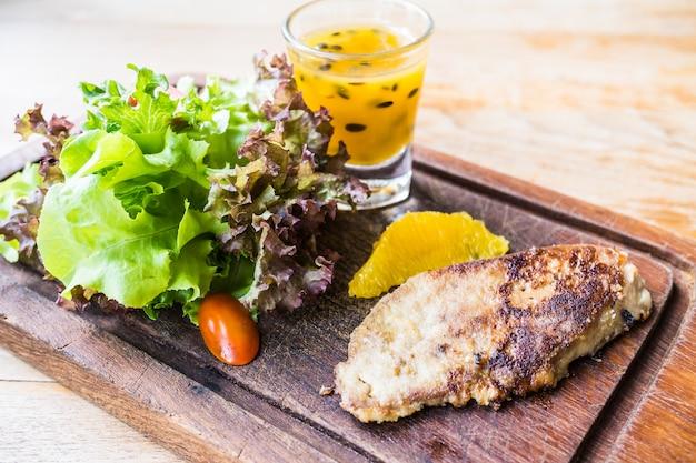Стейк из фуа-гра с овощами и сладким соусом Бесплатные Фотографии