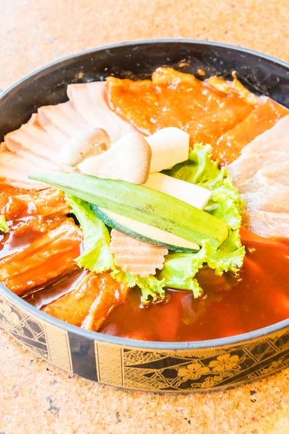 生の新鮮な肉のプレート 無料写真