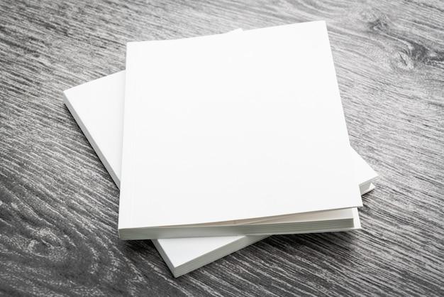 空白の白い本をモックアップ 無料写真