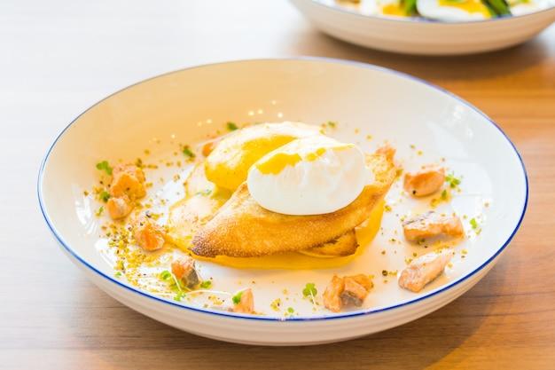 サーモンの卵ベネディクト 無料写真