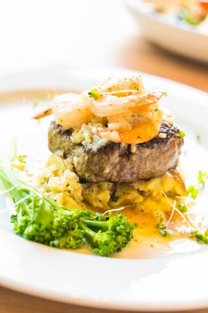 牛肉のグリル、エビまたはエビのステーキ 無料写真
