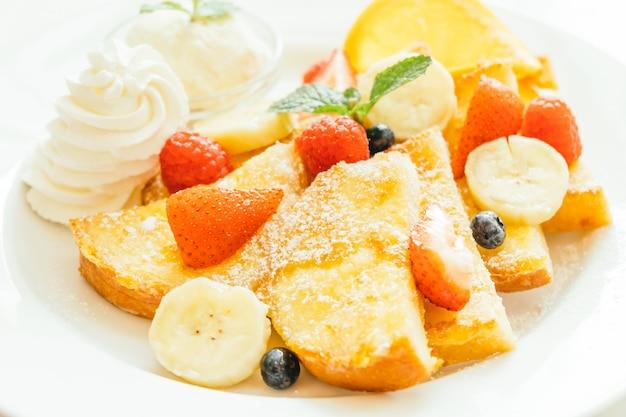 ミックスフルーツとパンケーキとパンのトースト 無料写真