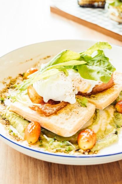 Яйцо-пашот с соусом из авокадо Бесплатные Фотографии