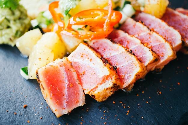 生マグロのサラダ野菜添え 無料写真