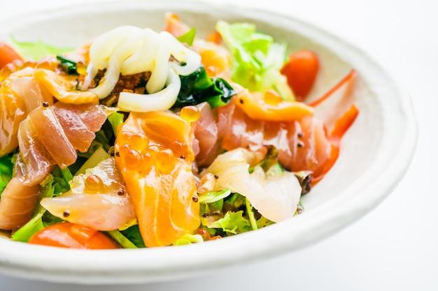 サーモンのマグロと他の魚のミックスシーフードサラダ 無料写真