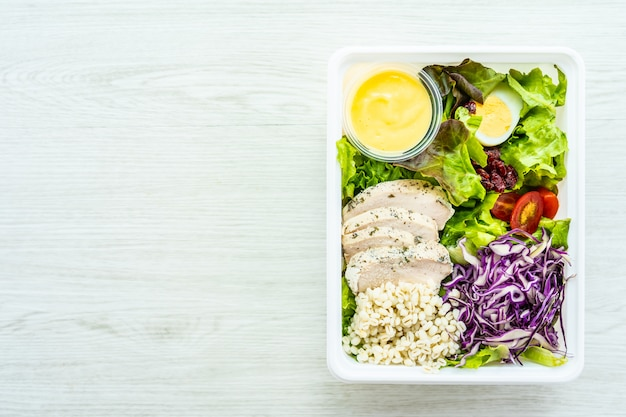 鶏の胸肉グリルと肉のサラダ 無料写真