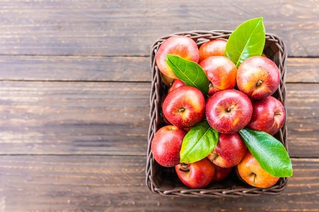 赤いリンゴのバスケット 無料写真